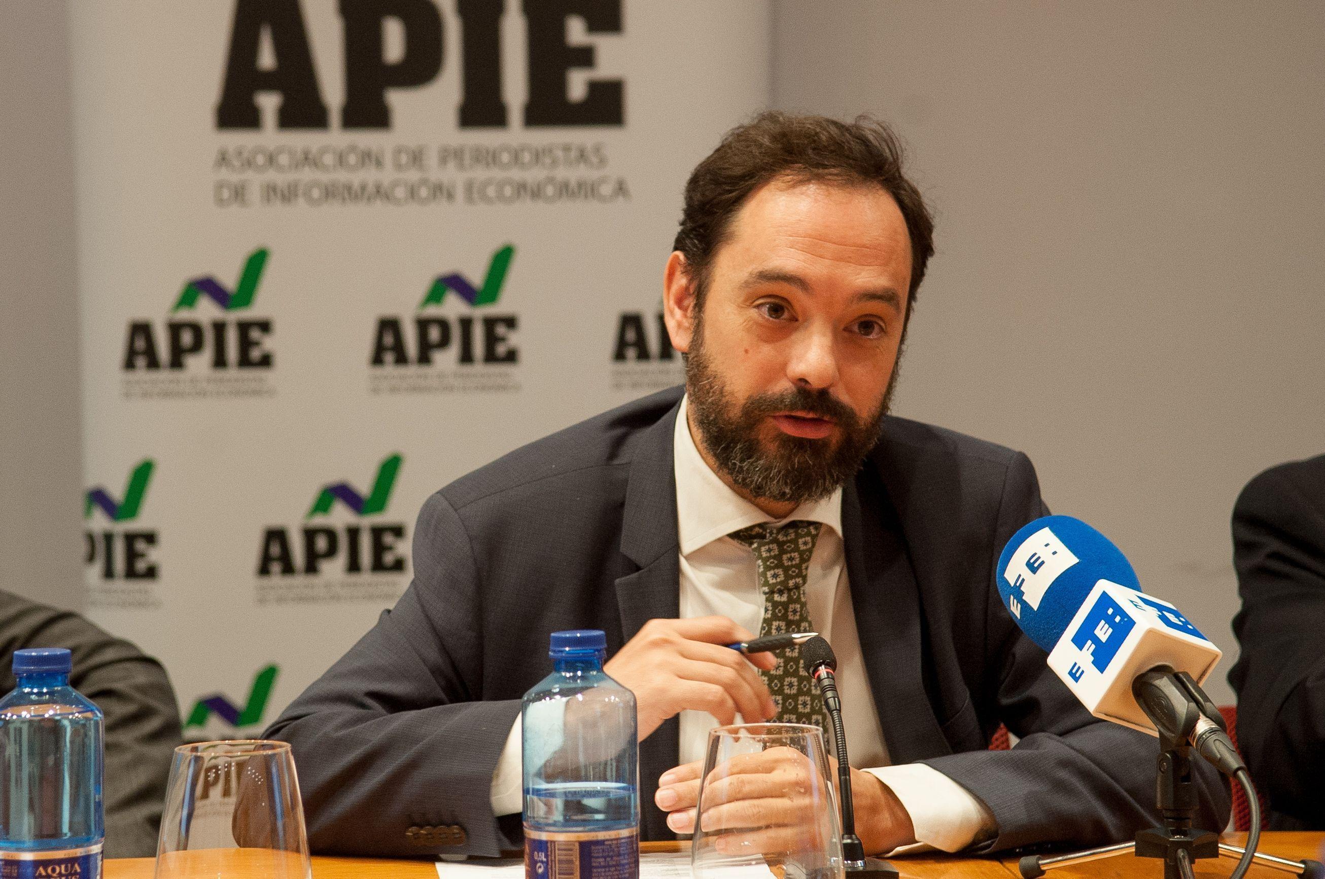 Pedro González, director de Regulación de la Asociación Española de la Industria Eléctrica (UNESA) durante su intervención en la jornada del Curso de Economía de APIE dedicada al sector energético.