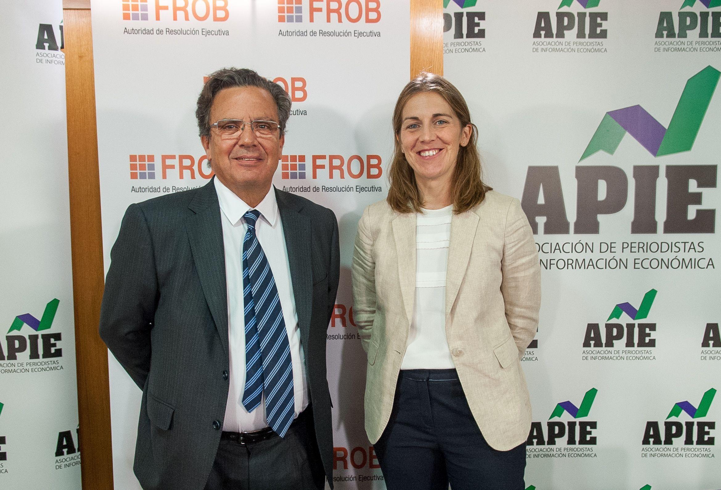 Javier Torres Riesco y Paula Conthe, Director de Resolución y Estrategia y Jefa del Departamento de Policy del FROB, durante la jornada formativa sobre resolución bancaria organizada conjuntamente con APIE.