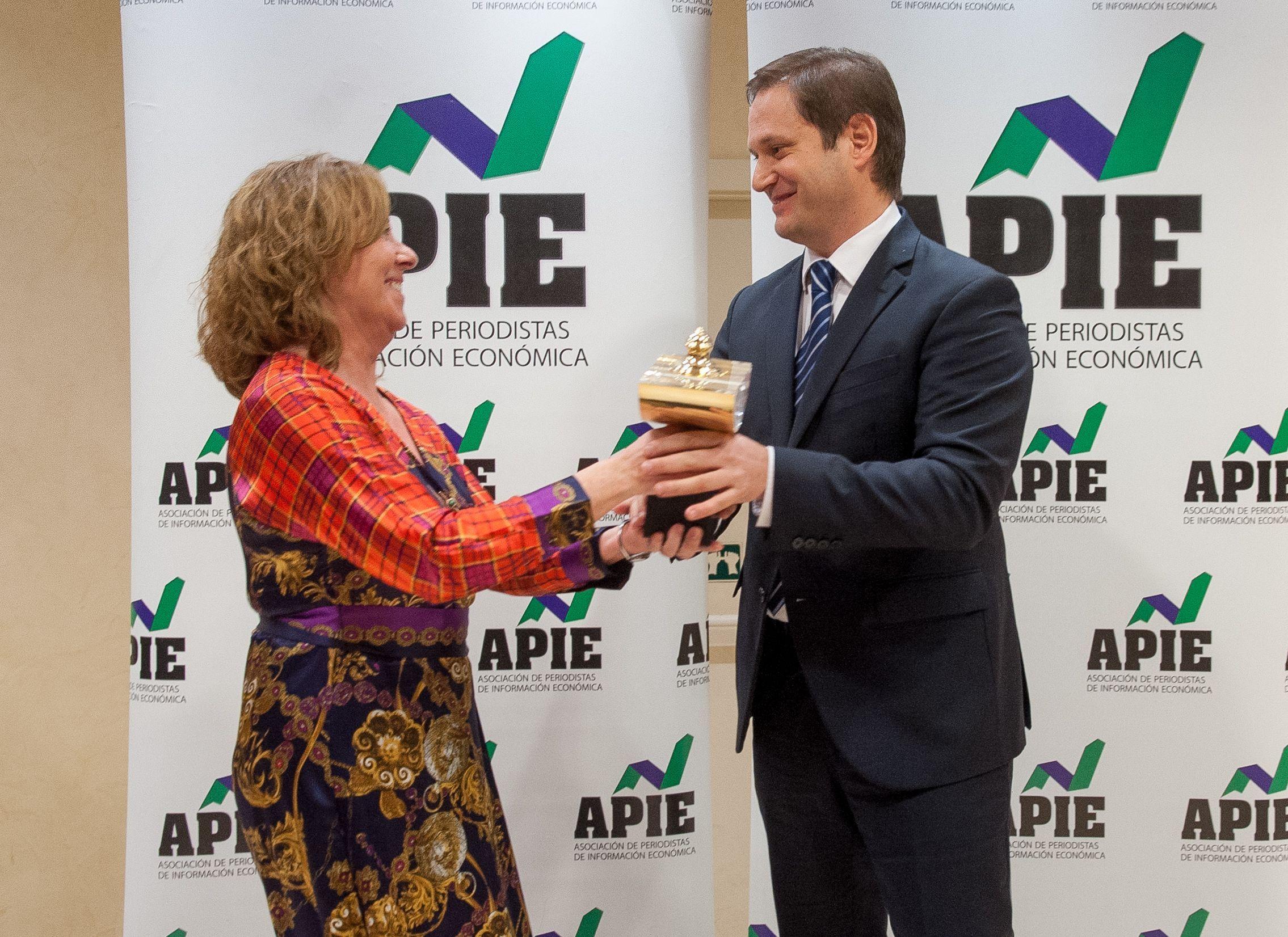 Amparo Estrada, Vicepresidenta de la APIE, entrega el premio Secante 2018 a Paul Tobin, Director de Comunicación del BBVA, que acudió a recogerlo en representación de su Consejero Delegado, Carlos Torres.