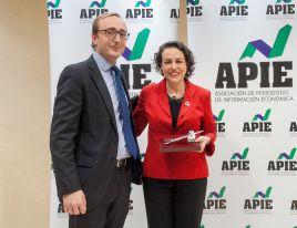Jorge Zuloaga, de la Junta Directiva de APIE, entrega el accesit del premio Tintero a Magdalena Valerio, Ministra de Trabajo, Migraciones y Seguridad Social.