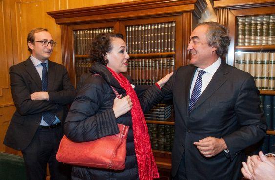 Magdalena Valerio saluda a Juan Rosell antes de la entrega de los premios Tintero y Secante 2018 que concede la Asociación de Periodistas de Información Económica.