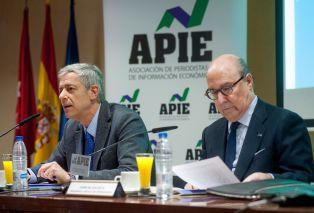John de Zulueta, presidente del Círculo de Empresarios, durante la presentación del Informe Anual de la Empresa Mediana Española. A su derecha, Íñigo de Barrón, presidente de APIE.