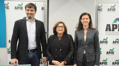 David Bartolomé (Car2Go), Marina Serrano (AELEC) y María Victoria Zingoni (Repsol), los participantes en la I Jornada del XXXII Curso de Economía para Periodistas organizado por APIE.