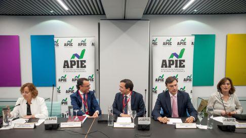 De izquierda a derecha, Amparo Estrada (APIE), Antonio Madera del Pozo (Axesor Rating), Javier Rouillet (DBRS), Roberto Scholtes (UBS) durante la tercera jornada del XXXII Curso de Economía organizado por APIE.