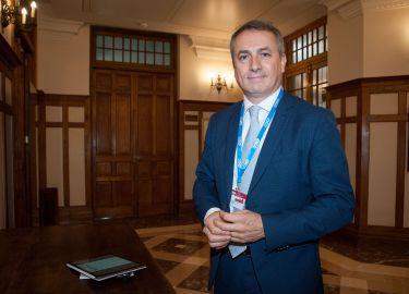 Antonio Ballabriga, Director Global de Negocio Responsable de BBVA, antes de su intervención en el Curso de Economía organizado por la APIE en la UIMP.