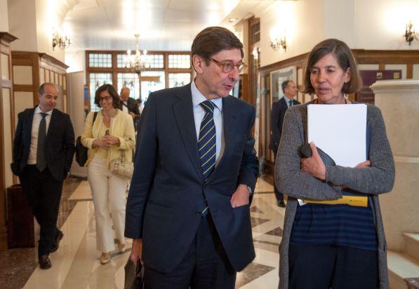 Jose Ignacio Goirigolzarri, presidente de Bankia, a su llegada al Curso de Economía organizado por la APIE, junto con María Luz Morán, rectora de la UIMP.