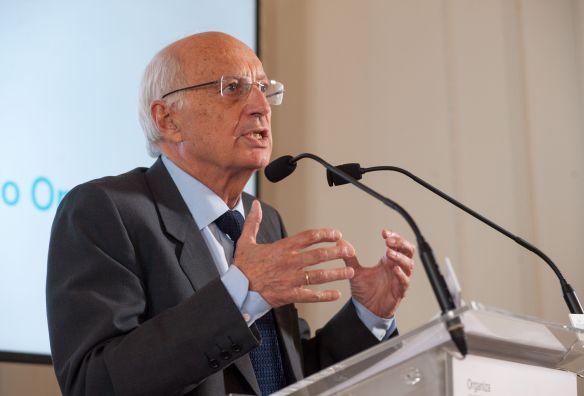 José Luis Aguirre, presidente de Ibercaja, durante su intervención en el Curso de Economía organizado por la APIE en la UIMP.