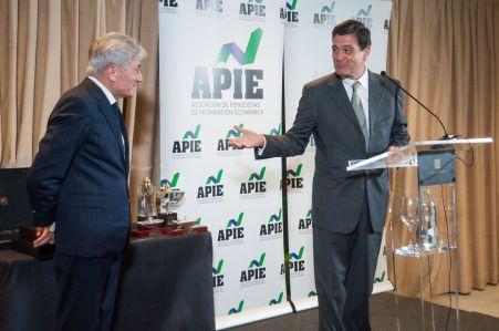 Valenti Pich, Presidente del Consejo General de Economistas y Pascual Fernández, decano del Colegio de Economistas, recogiendo las placas de Socios de Honor de la APIE.