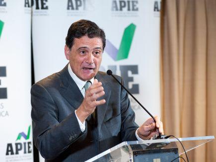 Pascual Fernández, decano del Colegio de Economistas, durante su discurso de agradecimiento por el nombramiento de Socio de Honor de la APIE a la institución.