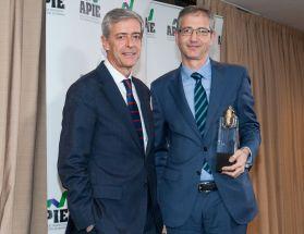 Pablo Hernández de Cos, Gobernador del Banco de España, recogiendo su premio Tintero 2019 de manos de Íñigo de Barrón Arniches, presidente de APIE.