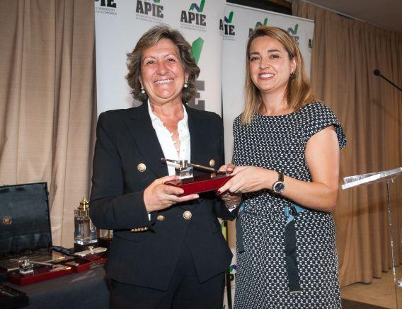 Inés Calderón de Anta, de la Junta Directiva de APIE, entrega su accésit al premio Tintero a Pilar González de Frutos, Presidenta de UNESPA.