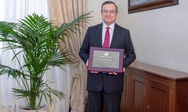 Mario Draghi recibe su placa de Socio de Honor de la APIE