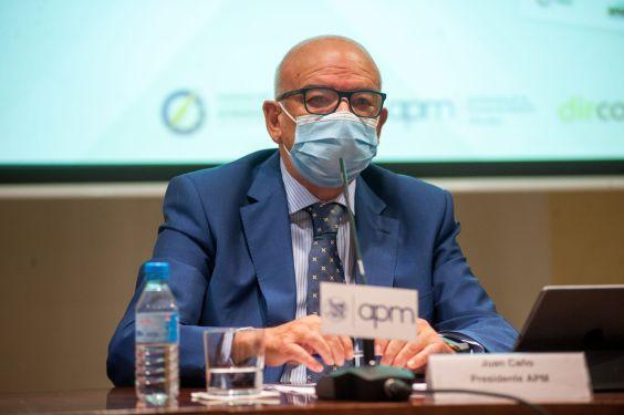 Juan Caño, presidente de la Asociación de la Prensa de Madrid, durante el debate que siguió a la firma del documento de compromiso ético entre periodistas y dircoms.
