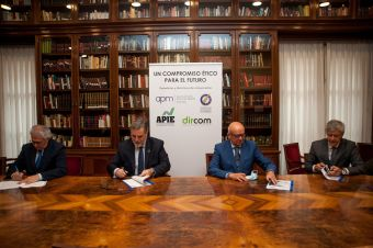 Los presidentes de las cuatro asociaciones -Nemesio Rodríguez por FAPE, Miguel López-Quesada por Dircom- Juan Caño por APM e Iñigo de Barrón por APIE, firman el documento de principios y buenas prácticas acordado entre periodistas y comunicadores.