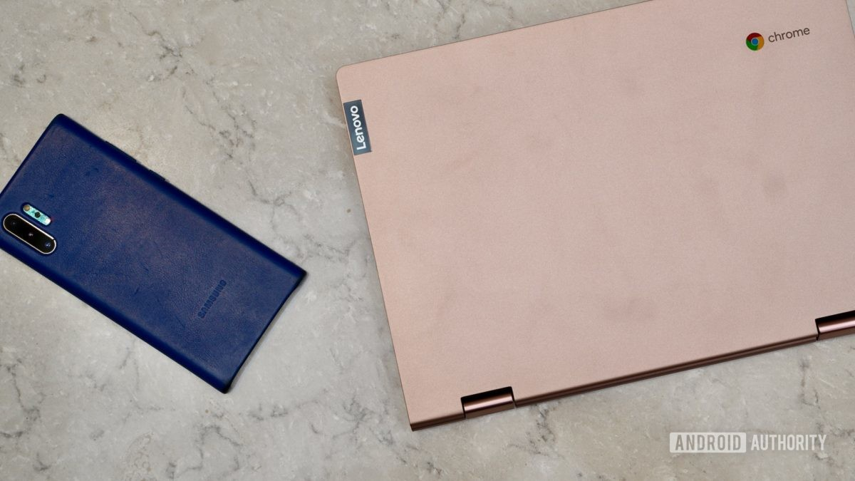 Análise do Lenovo Chromebook C340 com telefone para escala