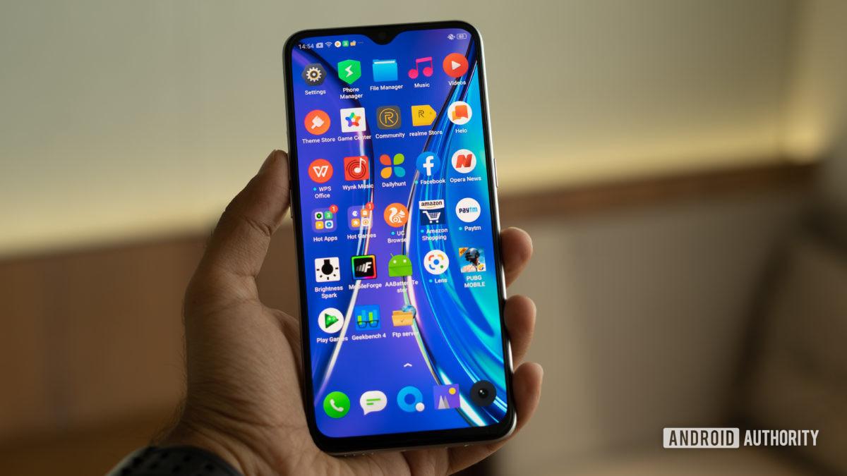 Realme XT na mão com aplicativos