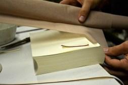 Κόλλημα της τέλας: τοποθετείται στη ράχη του βιβλίου και καλύπτει και μέρος του μπροστινού και πίσω τμήματος του σώματος του βιβλίου