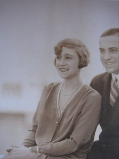 Αγγελική, κόρη του Μιχαήλ Σαλβάγου και της Καλλιρόης Μπενάκη, σύζυγος του Κωνσταντίνου Μ. Σαλβάγου, 1908-1997, στη φωτογραφία με τον σύζυγο της, Τομαρά-Σιδέρη, Μ. (2004)