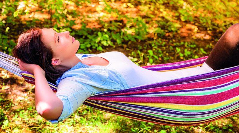 Entschleunigung! negativen Stress vermeiden - Frau in Hängematte