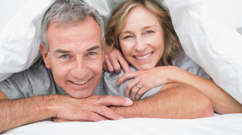 Älteres Ehepaar unter er Bettdecke. Vitalität Mann