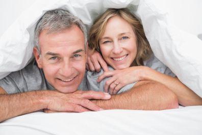 Paar ist wieder glücklich unter Bettdecke