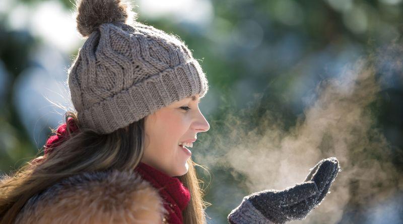 Glückliche Frau im Winter. Immunabwehr