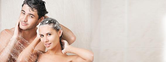 Mann und Frau unter der Dusche. Intimpflege
