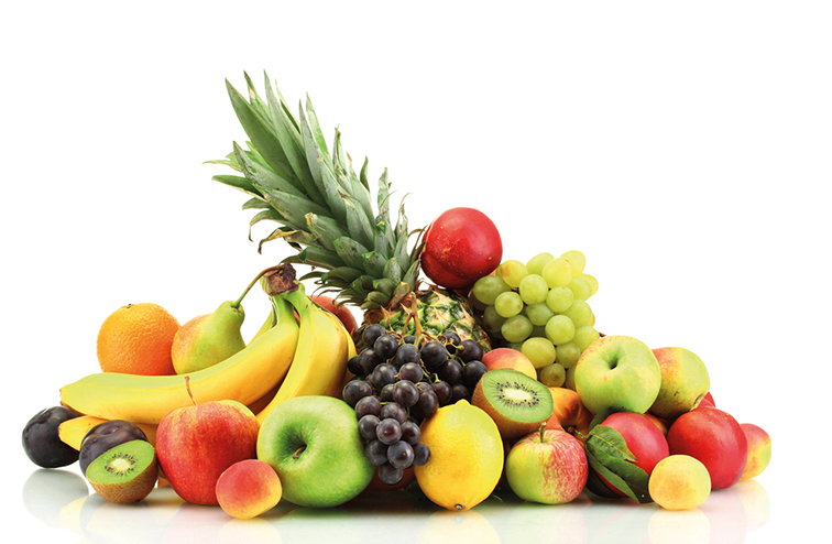 Obst auf weißem Hintergrund. Gesundheitsratgeber im Juni