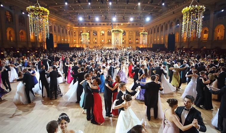 Ballsaal mit Tänzern. Venenbeschwerden