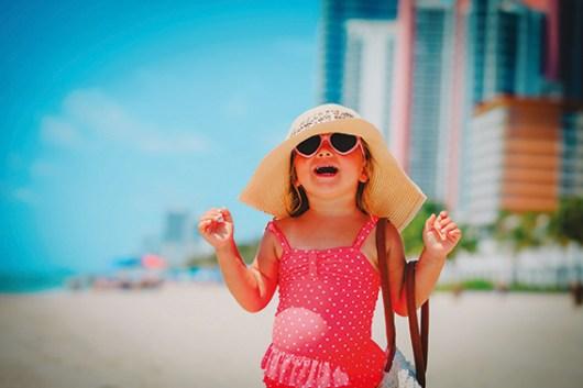 Kind mit Sonnenhut und Sonnenbrille. gereizte Augen