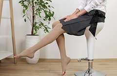 Frau mit Kompressionsstrümpfen. leichte Beine