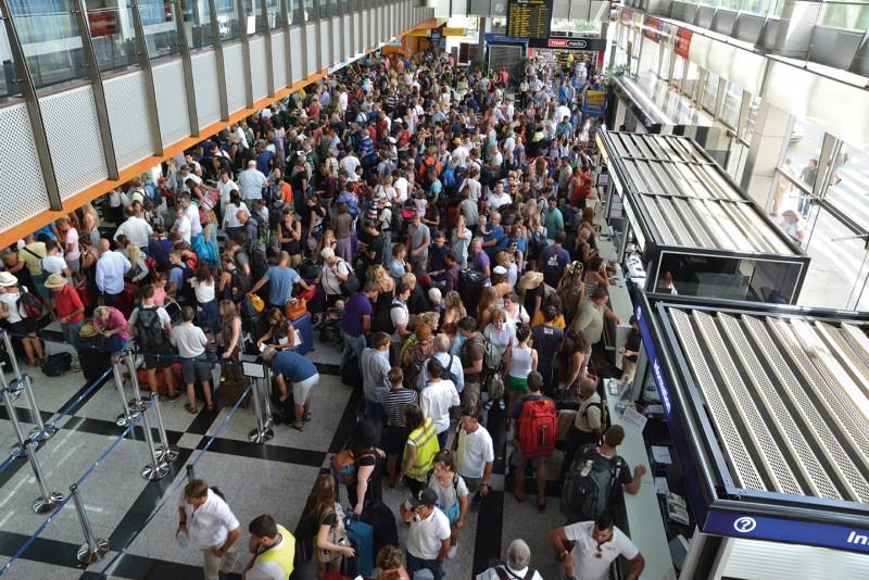Menschenansammlung am Flughafen. Flugangst was tun