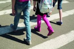 Kinder am Schulweg. Kinder am Zebrastreifen. Fit für die Schule