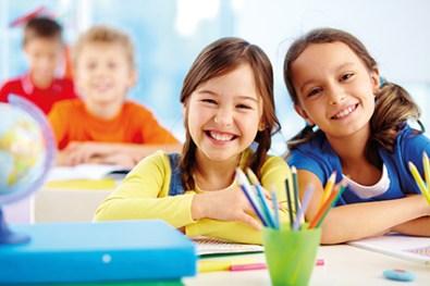 Glückliche Kinder in Schulklasse. Freundinnen und Freunde. Fit für die Schule