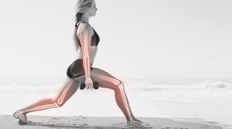 Frau macht Ausfallschritt. Handeln in der Hand. Illustration ihrer Knochen. Starke Knochen