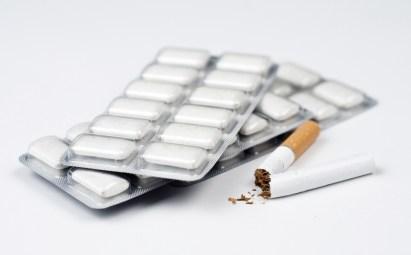 Nikotinkaugummis und eine zerrissene Zigarette. Gesundheitsratgeber im Oktober
