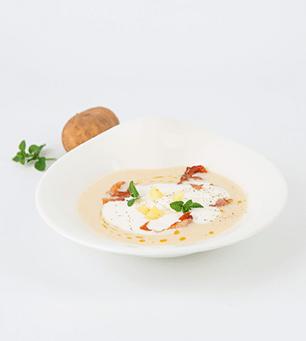 Rezepte aus Südtirol. Kartoffelsuppe angerichtet in weißem Teller. Kartoffelsuppe auf weißem Hintergrund.