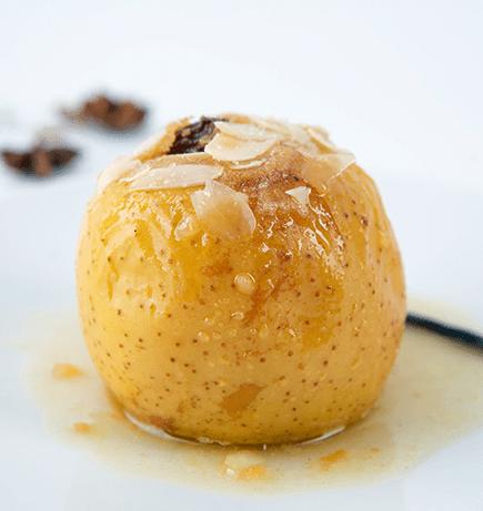 Bratapfel angerichtet und garniert auf weißem Teller. Rezepte aus Südtirol
