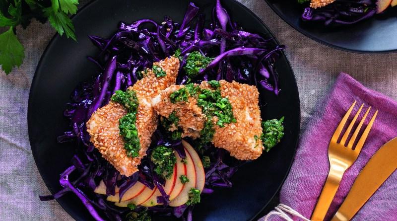 Panierter Feta mit Rotkohl und Salsa verde auf dunklem Teller. Schön angerichtet. Rezepte zum Abnehmen