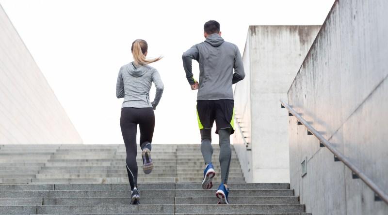Hämorrhoiden, Frau und Mann laufen Treppen hoch