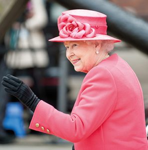 Queen im rosa Kostüm. Queen Elizabeth von Großbritannien. Fellwechsel beim Haustier
