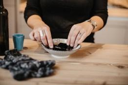 Frau bereitet Essigpatscherl vor. Tauch Socken ins Essigwasser. Hausmittel gegen Fieber