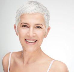 Portrait einer schönen, älteren Frau. Seniorendame. Glückliche Frau. Hautpflege im Frühling