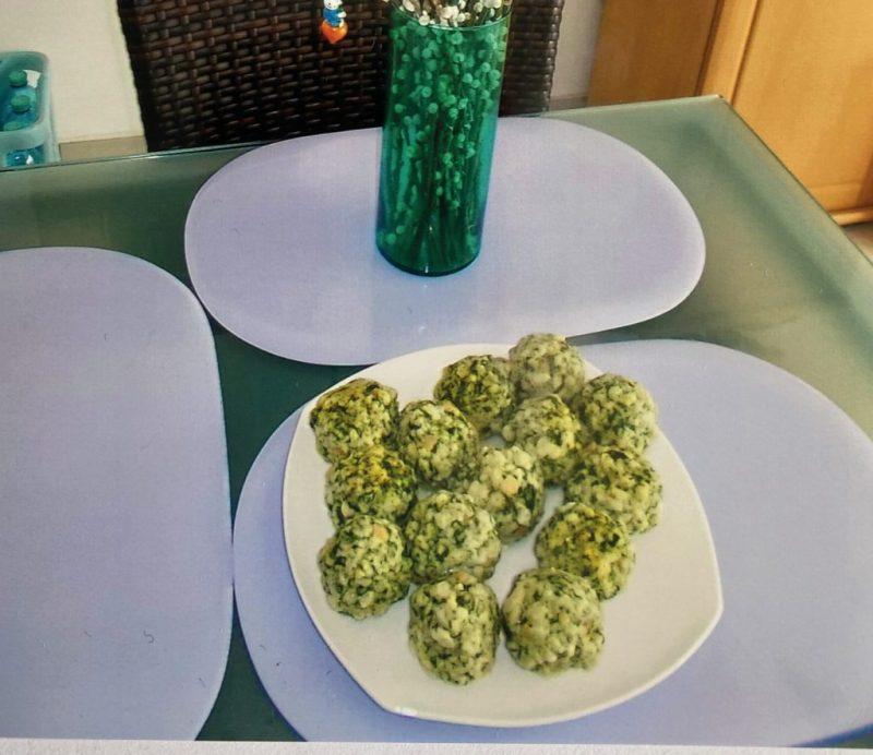 Bärlauchknödel angerichtet auf weißem Teller mit Palmkätzchen. Leserfoto. Genuss aus dem ganzen Land