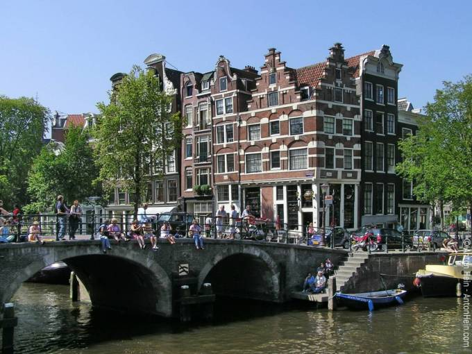 Sixteenth- and Seventeenth century houses at the corner of Brouwersgracht and Prinsengracht in the center of Amsterdam. This is close to the spot where Anton was born -- on a houseboat. — Photo © Anton Hein