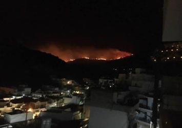 Ορατή απο όλη τη Μεσαρά η φωτιά που τώρα απειλεί την Αγία Γαλήνη (φωτογραφίες)