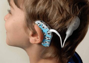 """Το Κοινωνικό ιατρείο """"χάρισε"""" την ακοή σε ανασφάλιστο παιδί"""