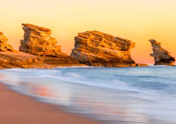 Η ατέλειωτη παραλία της Τριόπετρας με τη χρυσαφένια αμμουδιά… από ψηλά (βίντεο)