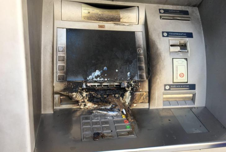 Αγνωστοι ανατίναξαν ΑΤΜ στη Γλυφάδα και διέφυγαν με τα χρήματα