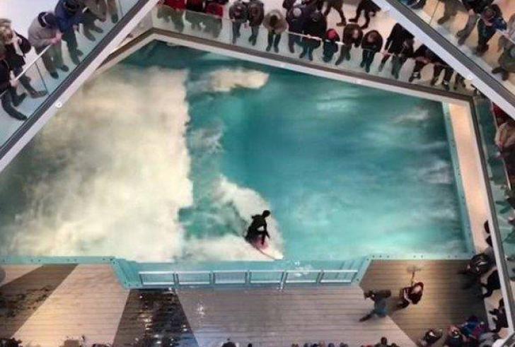 Σέρφινγκ… μέσα σε εμπορικό κέντρο! (Βίντεο)